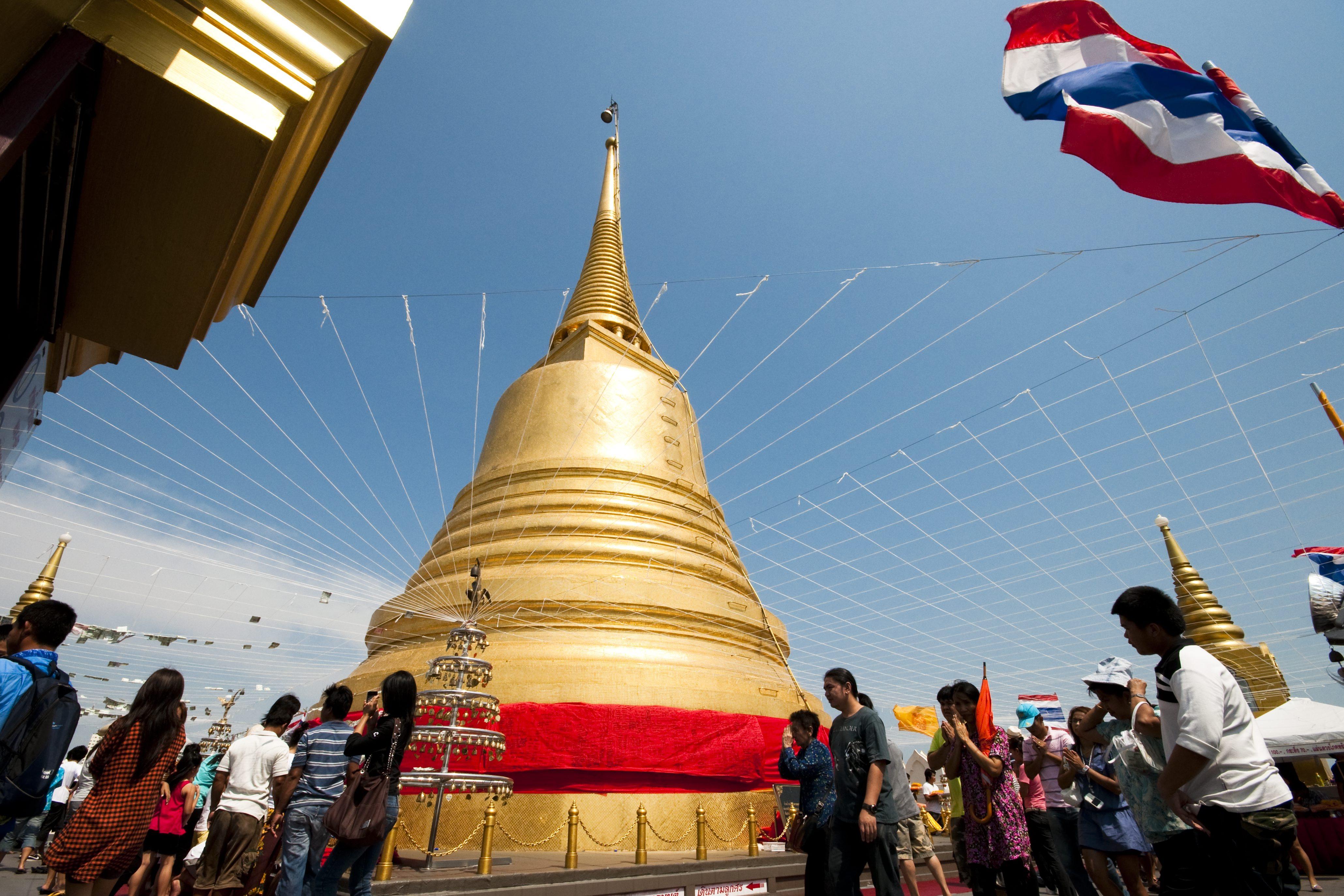 The Activities of Songkran Festival at Saket Ratcha Wora Maha Wihan Temple, Bangkok *** Local Caption *** กิจกรรมในงานประเพณีสงกรานต์ 2554 ในวัดสระเกศราชวรมหาวิหาร จังหวัดกรุงเทพมหานคร